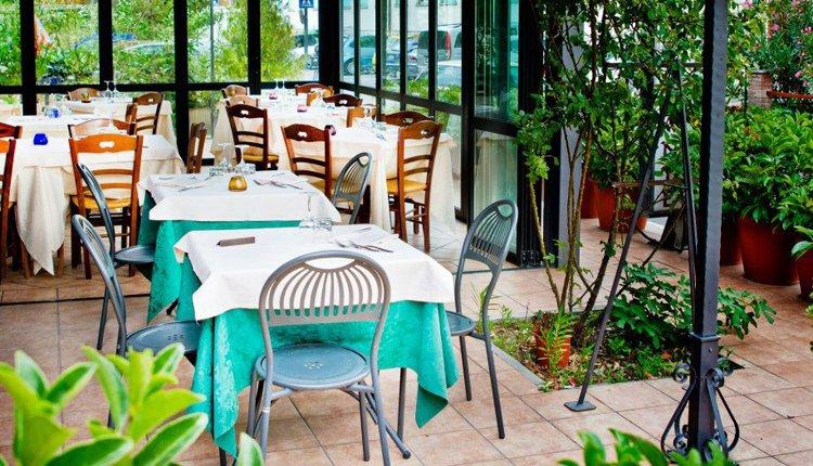 In de lichte eetzaal van Hotel La Vela is het goed ontbijten
