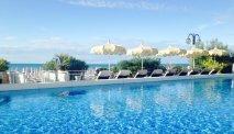 Zicht op zee vanuit het zwembad van Hotel delle Nazioni