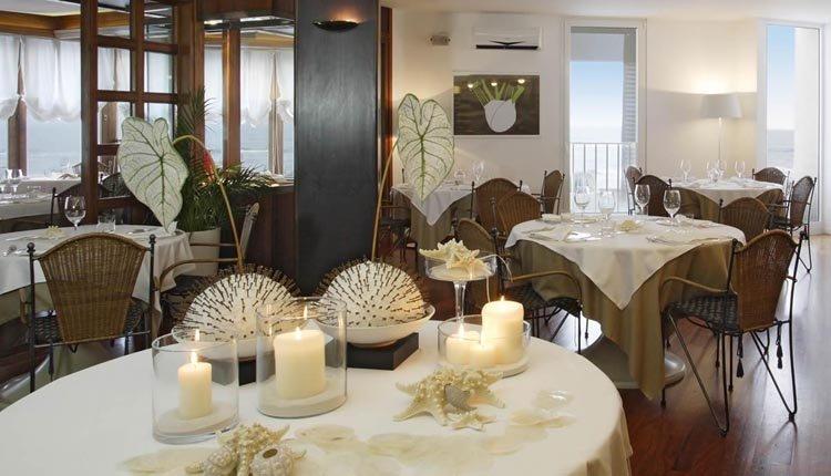 Romantisch dineren met zeezicht in het restaurant van Hotel delle Nazioni