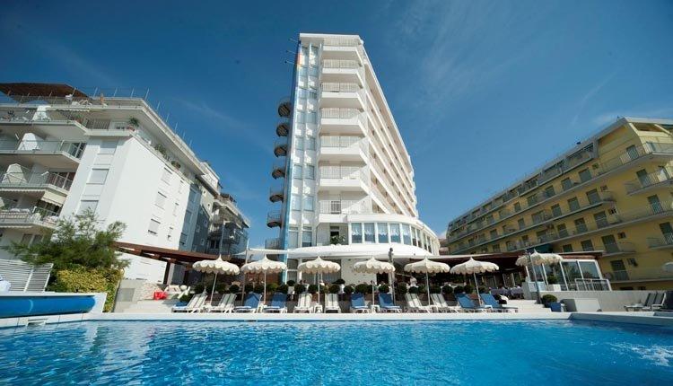 Het zwembad van Hotel delle Nazioni voor een verfrissende duik