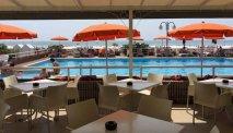 Hotel Astor Lido heeft een gezellig terras bij het zwembad