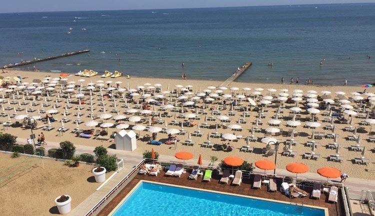 Het strand bij Hotel Astor Lido