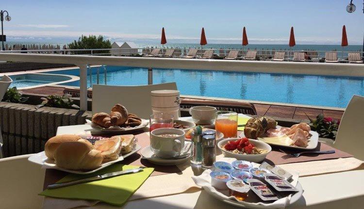Heerlijk ontbijten met zeezicht op het terras van Hotel Astor