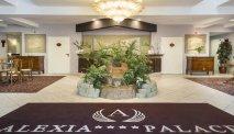 De hal met receptie in Hotel Alexia Palace