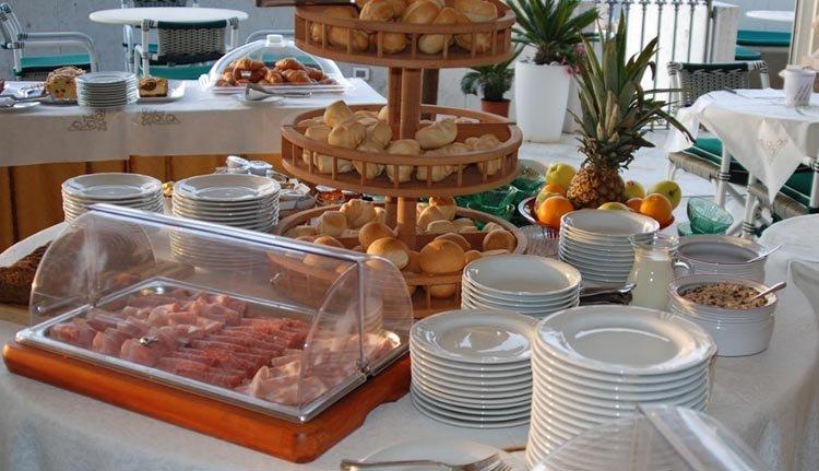 Hotel Montecarlo -  heerlijk ontbijtbuffet dat u desgewenst buiten op het terras in het ochtendzonnetje nuttigt.