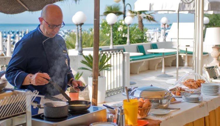 Heerlijk buiten ontbijten bij Hotel Montecarlo. De kok maakt met liefde en plezier een vers roereitje voor u klaar.