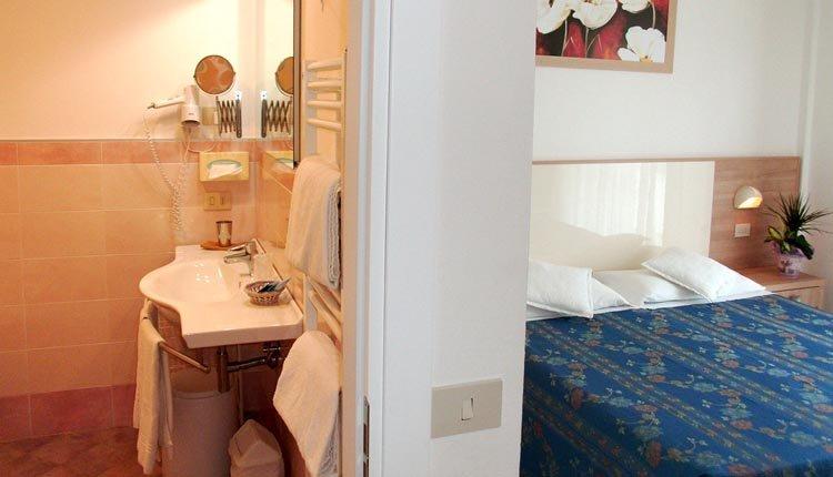 De comfortabele tweepersoonskamer in Hotel Sahara