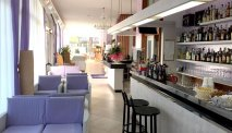 De gezellige bar in Hotel Sahara