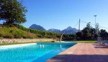 Het zwembad van Hotel Belvedere gaat op in de omgeving