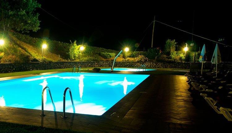 Het sfeervol verlichte zwembad van Hotel Belvedere