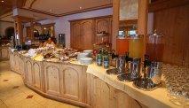 Het uitgebreide ontbijtbuffet bij Hotel Lagorai met o.a. zoete lekkernijen
