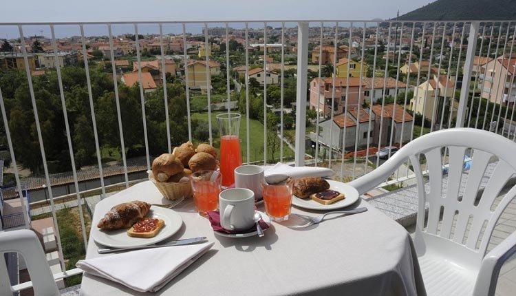 Ontbijten met een prachtig uitzicht in Hotel Ai Pozzi Village Spa Resort
