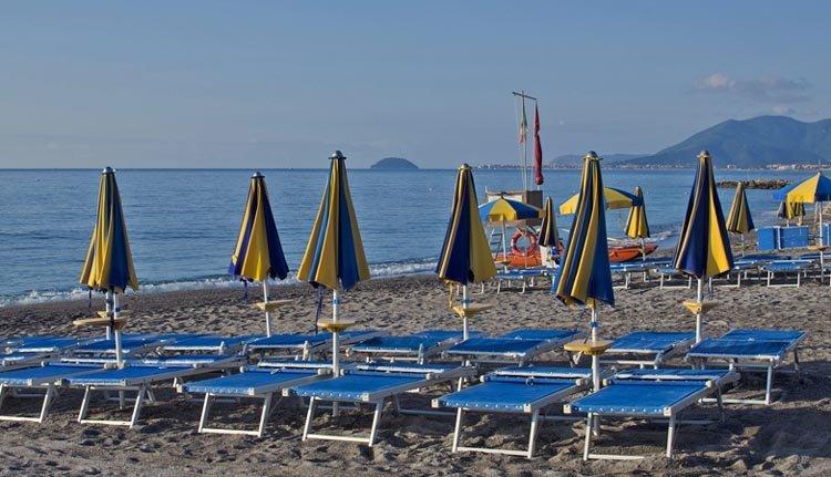 Het strand bij Hotel Ai Pozzi Village Spa Resort
