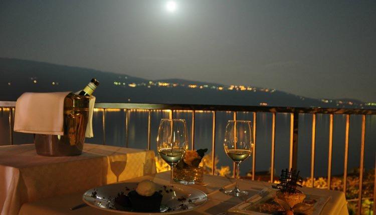 Ook in de avond biedt het dakterras van Hotel Meandro een schitterend uitzicht over het Gardameer