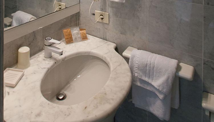 De badkamer in Hotel Meandro is van alle gemakken voorzien