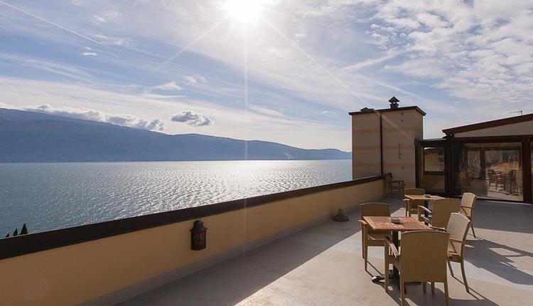 Het dakterras biedt een magnifiek uitzicht over het Gardameer