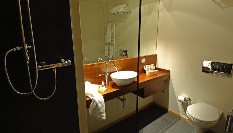 De badkamer is modern en luxe