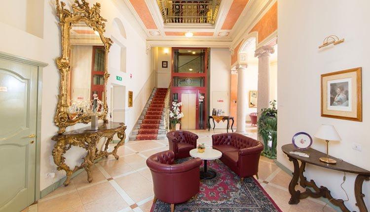 De prachtige hal van Hotel San Gottardo