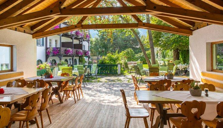 Geniet van het heerlijke buitenleven en geniet op het terras in de tuin van Gasthof Isserwirt