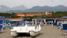 Het strand voor Hotel Versilia Palace