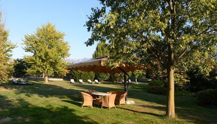 In de tuin van Hotel Ambassador is het heerlijk ontspannen
