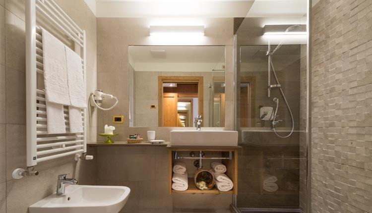 De badkamers in Hotel Ambassasor zijn van alle gemakken voorzien