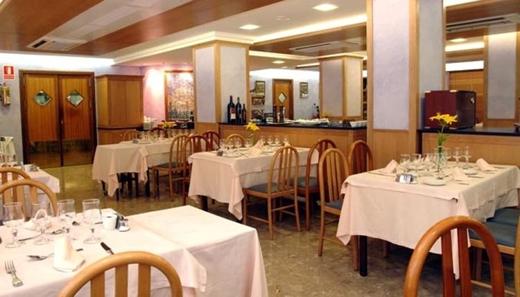 Het restaurant van Hotel Guillem is weliswaar eenvoudig ingericht, maar de gerechten smaken er niet minder om!