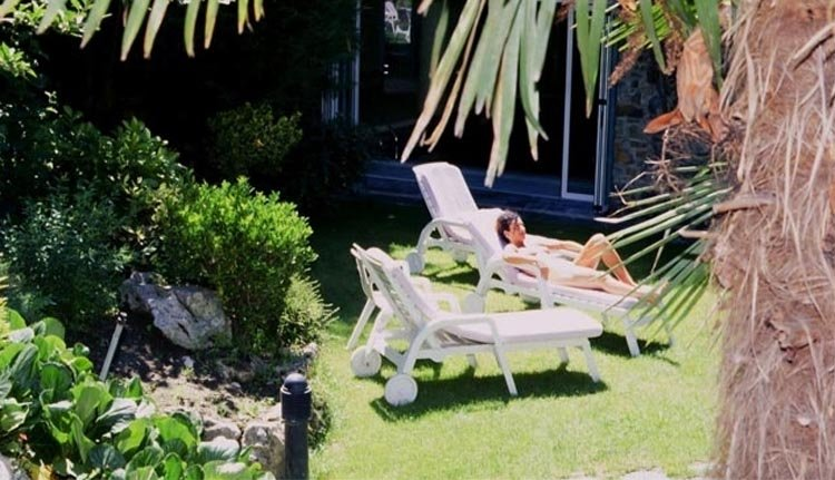 Relaxen in de heerlijke tuin van Hotel Guillem