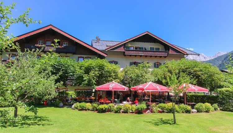 Relaxen in de tuin van Hotel Zum Schweizer