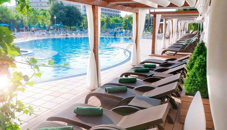 Heerlijke ligstoelen bij het zwembad van Hotel Florida Park
