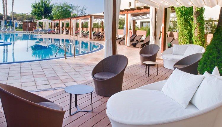 De relaxstoelen aan het zwembad bij Hotel Florida Park