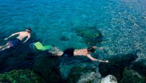 Langs de rotsen is het leuk om te snorkelen