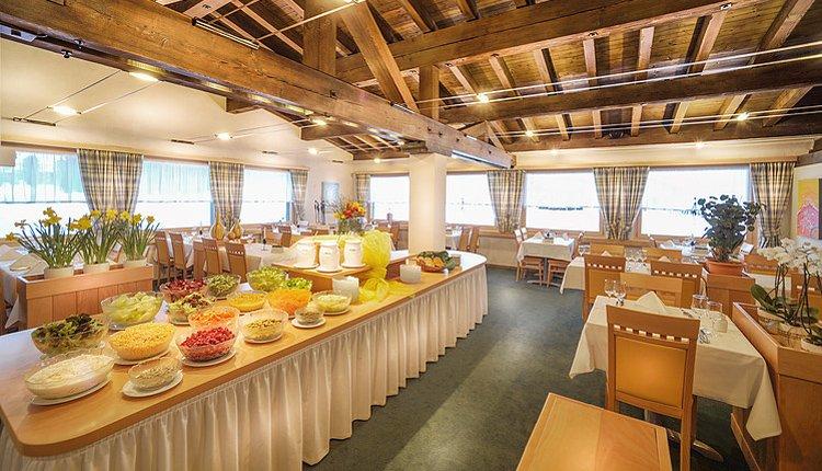 De dinerzaal met saladebuffet van Hotel Bunda Davos