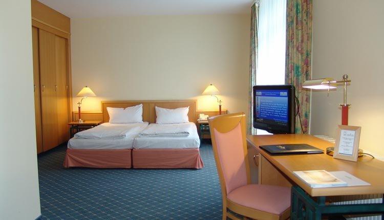 De tweepersoonskamers met balkon in Seehotel Großherzog von Mecklenburg zijn comfortabel