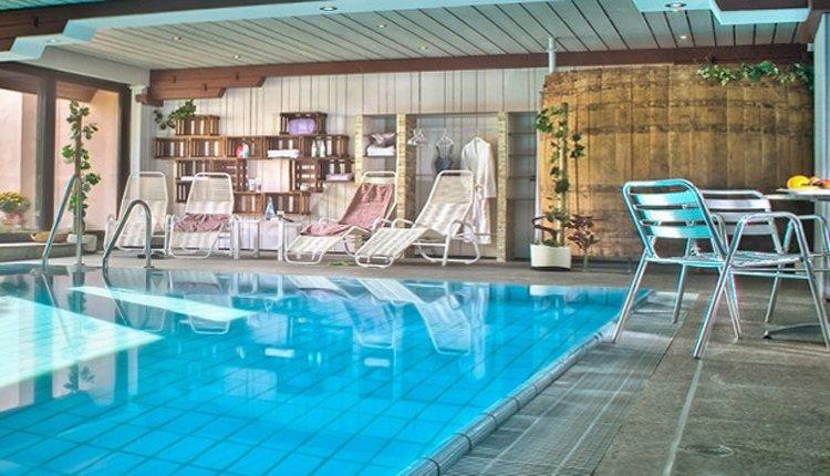 Het zwembad in Flair Hotel Lochner