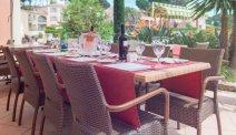 Het sfeervolle terras bij Hotel Les Jardins de Ste Maxime