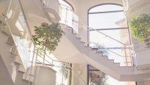 Het indrukwekkende trappenhuis van Hotel Les Jardins de Ste Maxime