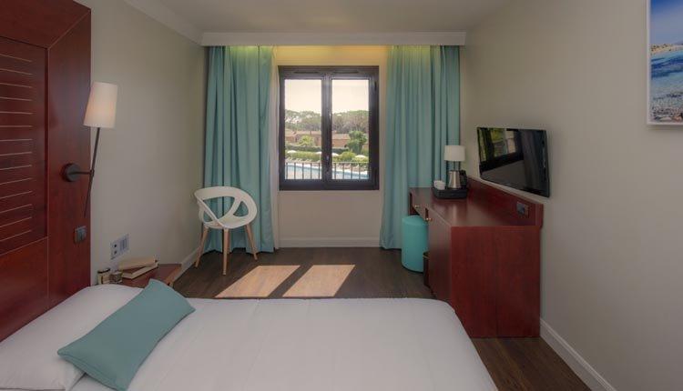 De tweepersoonskamers aan de zwembadzijde zijn van alle gemakken voorzien