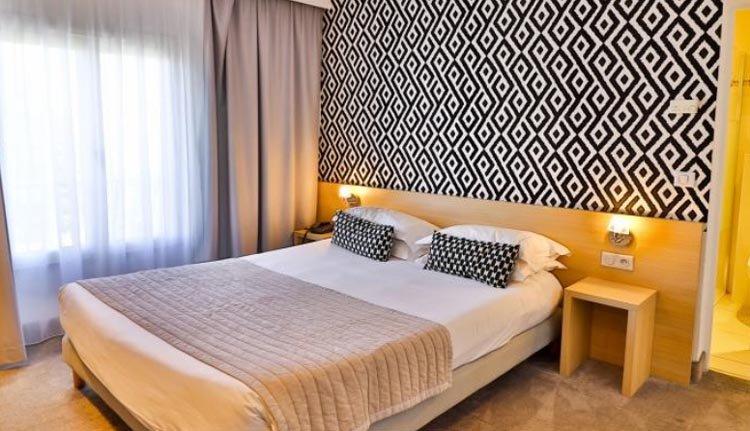 De tweepersoonskamers in Hotel Le Petit Prince zijn comfortabel