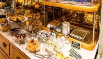 Elke morgen staat er een uitgebreid ontbijtbuffet klaar in Hotel Le Petit Prince