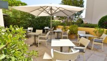 Het terras bij Hotel Le Petit Prince