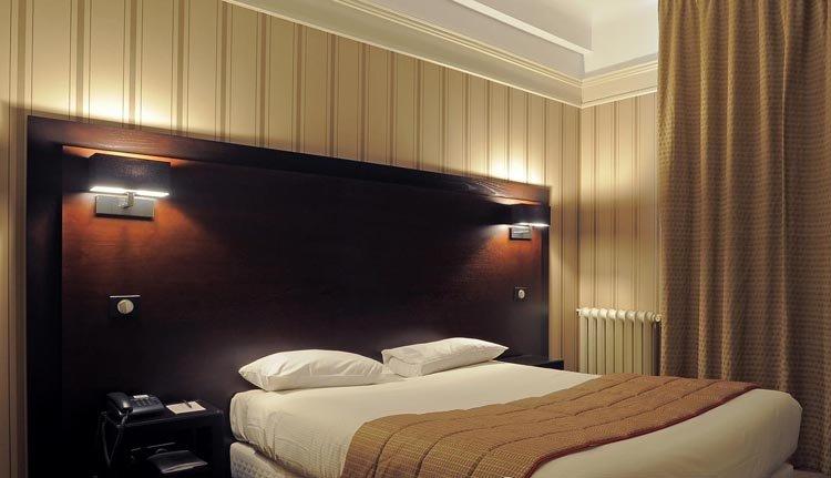 De tweepersoonskamers in Grand Hotel de Tours zijn comfortabel