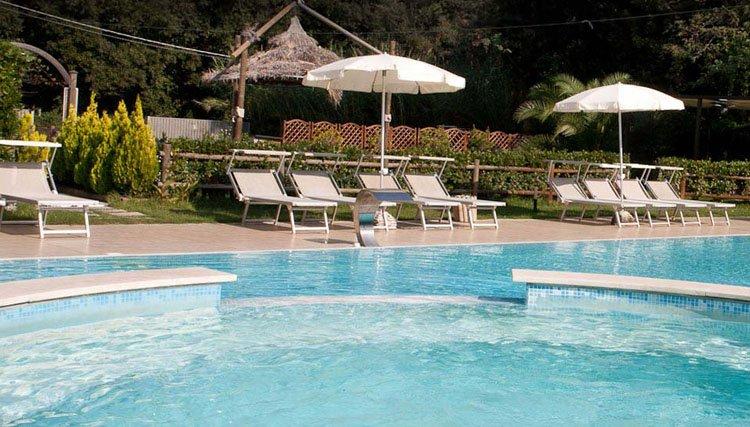 Hotel King beschikt over een heerlijk zwembad voor aangename verkoeling in de heetste maanden van het jaar