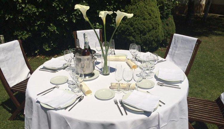Dineren in de tuin van Hotel Ciudad de Haro