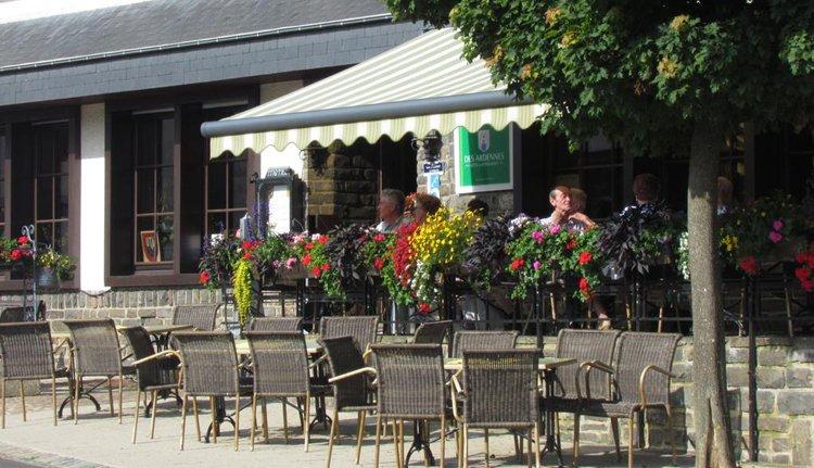 Het terras van Hotel des Ardennes in Hoscheid