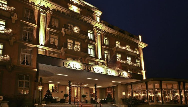Parkhotel du Sauvage prachtig verlicht in de avond