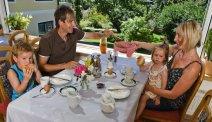 Met het gezin aan het ontbijt bij Hotel Weiss