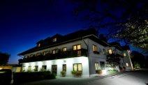 Hotel Weiss in de avond
