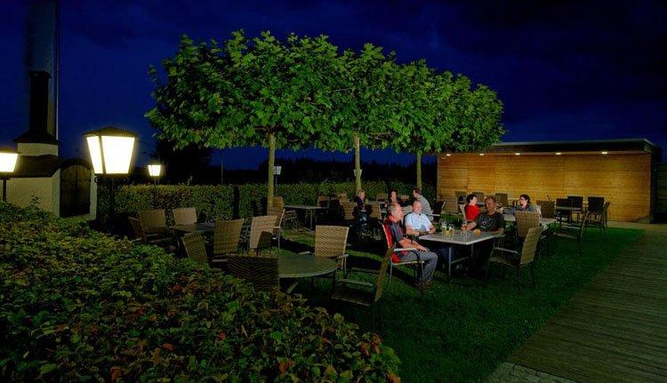 Op het terras in de tuin van Hotel Weiss is het in de avond nog goed toeven