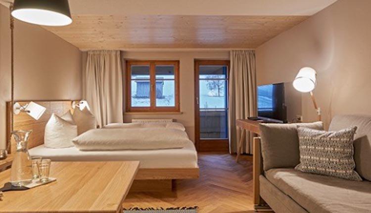 De tweepersoonskamers met balkon in Hotel Rössle zijn van alle gemakken voorzien